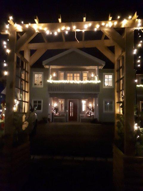 VED FV44: Julelysene funkler fra Gretha Sirevåg og Geir Arne Bergs bolig like i Sokndal sentrum.