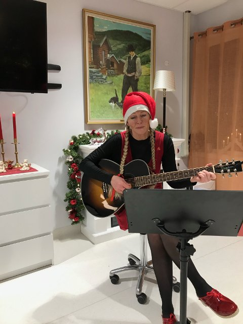 NISSEKÅNE: Miljøterapeut Bente Haukland Brogeland i Lund kommune har vært nissekåne på Lund omsorgssenter. Hun har også organisert andre julebesøk på heimen.