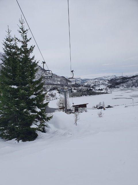 HÅPER PÅ ÅPNING: Det har kommet en del snø, men Øystein Tjørhom sier det trengs en del mer før de kan åpne.