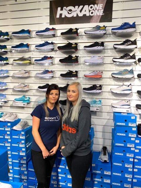 SUKSESS: Helene Helle og Kristina Eftestøl Bjelland jobber i Sport 1-butikken på Amfi Flekkefjord, en sportsforretning som har positive resultater de seneste årene.