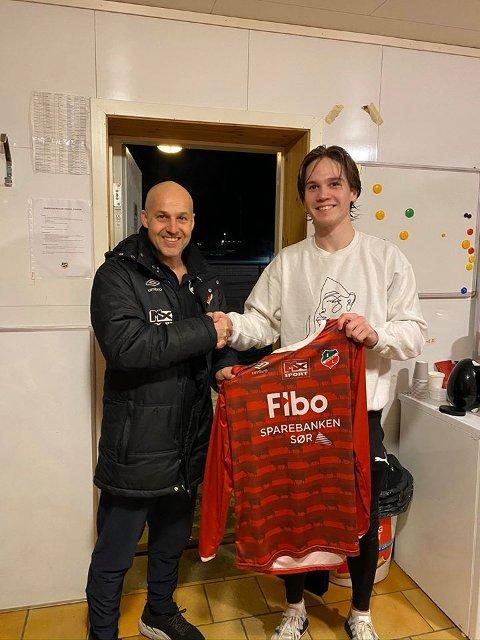 NYSIGNERING: Lyngdals A-lagstrener Jan Ove Pedersen er godt fornøyd med å ha signert den tidligere FFK-spilleren Frede Kydland (t.h.).