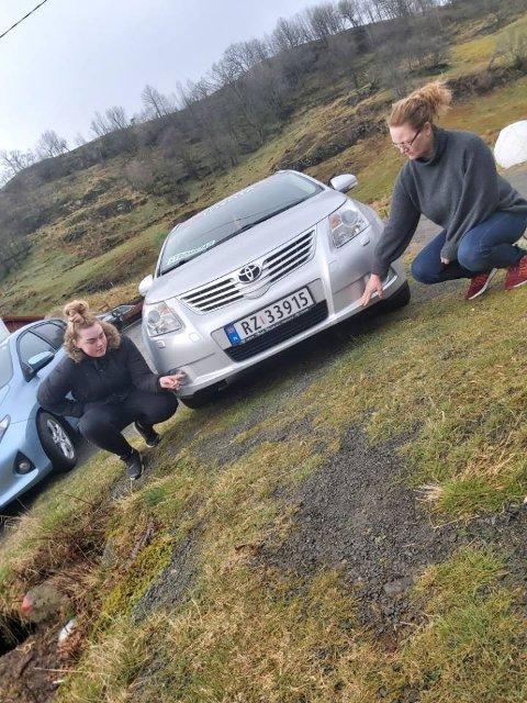 SKREMMENDE HENDELSE: Victoria Bilstad (18) til venstre og moren Anny Bilstad viser hvor piggtråden traff bilen.
