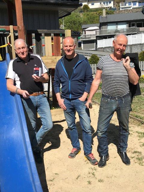 TOK GREP: Fra venstre: Kjell Egeland, Jan Terje Steinberg og Gunnar Bakken fikset lekeplassen på Kråketona.