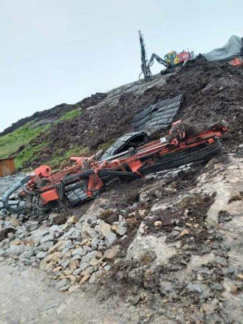 BUHEIII: Her ved anleggsveien ligger den ødelagte boreriggen. Dumperen skal være fraktet til Rogaland kort tid etter ulykken.