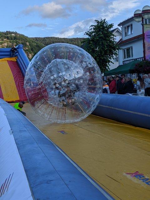 ZORB: Denne aktiviteten var nok hovedgrunnen til at mange gledet seg til å ta turen til Kvinesdal tirsdag kveld.