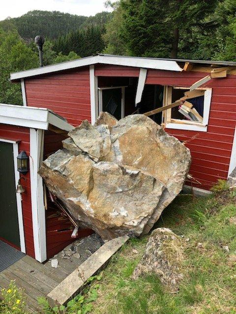 GIGANTSTEIN: En stor stein har knust deler av hytta til Oddvar Øksendal. I rommet med det lille vinduet har han pleid å sove.