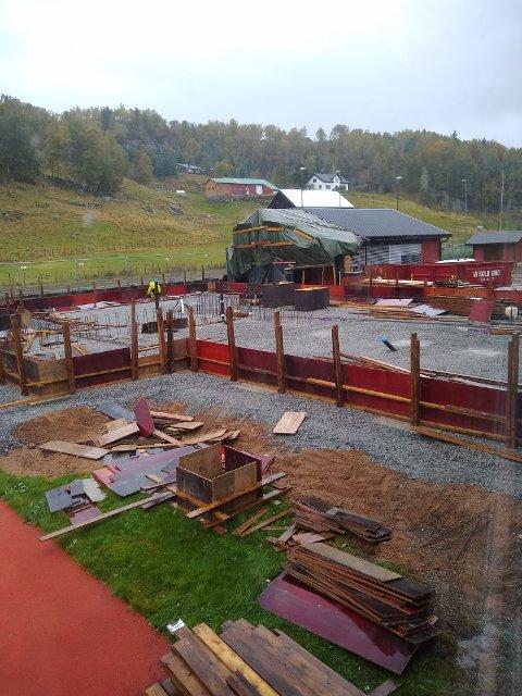 RINGMUR: Ringmur til det nye bygget er nå forskalet. Målet er å få nybygget tett før snøen kommer