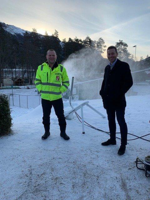 INITIATIVTAKER: Børge Aamlid (t.v.) tok initiativ for å få til snømaskinen, som her durer og går i bakgrunnen. Også bildet er ordfører Jonny Liland (Ap).