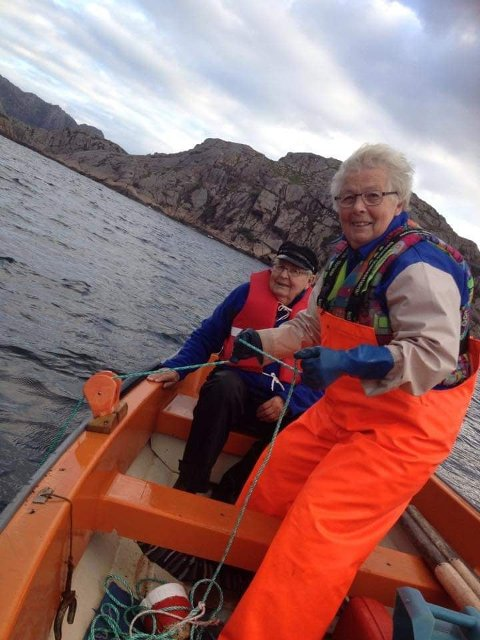 ERFAREN FISKER: Hjørdis Jakobsen (80) fra Hidra ute på hummerfisket.