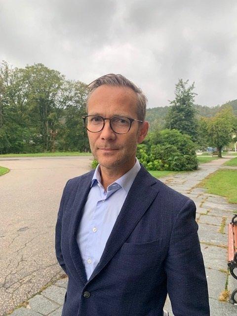 IKKE UKRITISK: Direktør Espen Jarle Hansen for prehospitale tjenester i Sørlandet sykehus fremholder at det er langt fra slik at ambulanseressurser disponeres ukritisk.