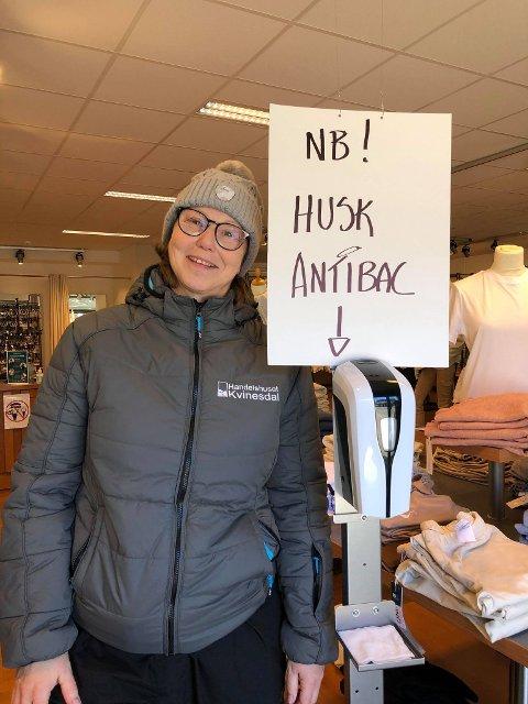 KLAR FOR SPRIT: Åse G. Versland i Handelshuset Kvinesdal mener at bruk av håndsprit antakelig har kommet for å bli.