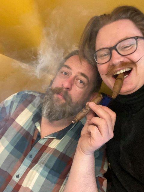 SIGARKAMERATER: Jonas Ovedal og Thomas Christian Vatne er gode kompiser og driver med sigarproduksjon sammen. Nå satser de på en enda hyggeligere stemning med Pibbaren & Nelliken.