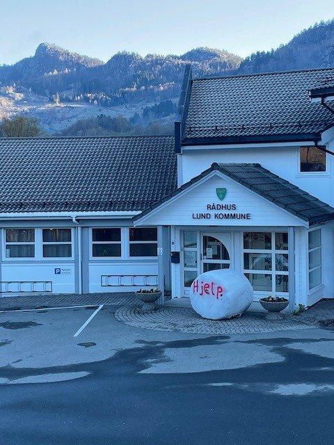 BER OM HJELP: Denne rundballen lå utenfor inngangsdøren til Lund rådhus fredag morgen. Bønder over hele landet har hatt lignende aksjoner, der rundballer med påskriften «hjelp» brukes i kommunene der ordførerne representerer opposisjonen.