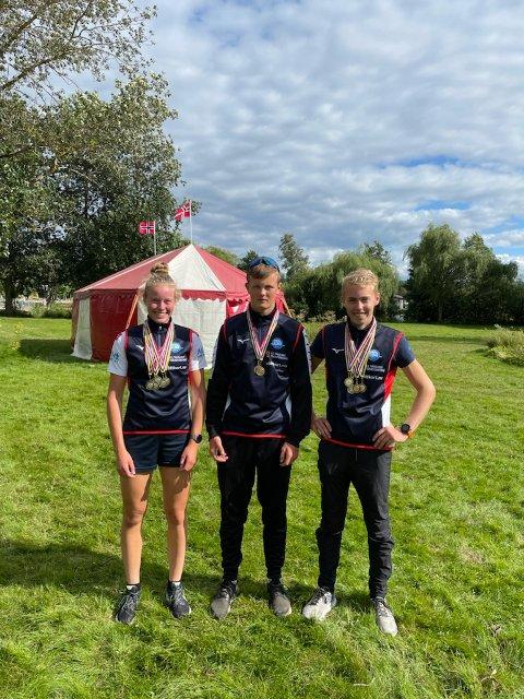 MEDALJER I FLENG: Celine Helleren, Johan B. Osen og Ivar Flikka Buch kunne smykke seg med flere medaljer etter endt mesterskap i Sverige.