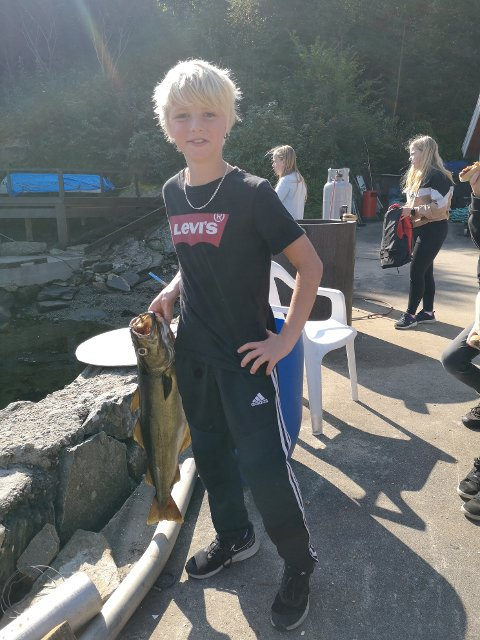 FISKELYKKE: Denne eleven var heldig å fikk en skikkelig flott fisk.