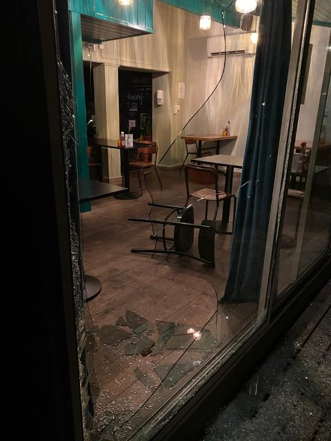 KNUSTE RUTER: De siste ukene har en innbruddsbølge herjet på Kampen: Glass knuses med stein, slik som her på spisestedet Galgen.