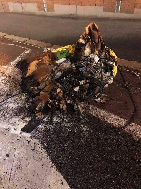 BRANN: Søppelsekken på utsiden av blokka i Marcus Thranes gate på Sagene tok fyr. Det gjorde også to andre slike sekker natt til tirsdag.