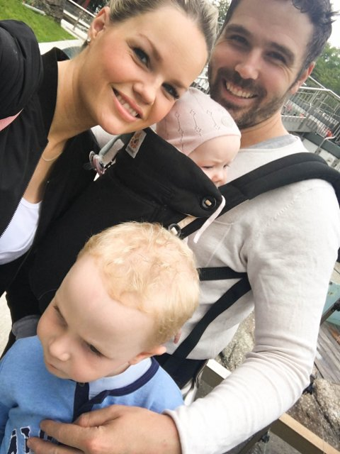 SMÅBARNSFAMILIE: Karen og Fredrik Sætre er letta over at borna Vilde (1) og Vinjar (3) ikkje vart skada av glasbrota.
