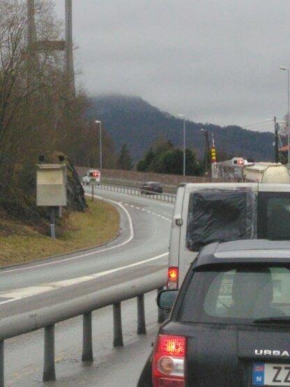 Det oppstod raskt køar då Nordhordlandsbrua vart stengt ein kort periode torsdag formiddag.
