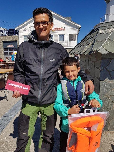 VINNARANE: Bjørnar Burdahl og sonen Oskar vann kvar sin klasse i fiskekonkurransen.
