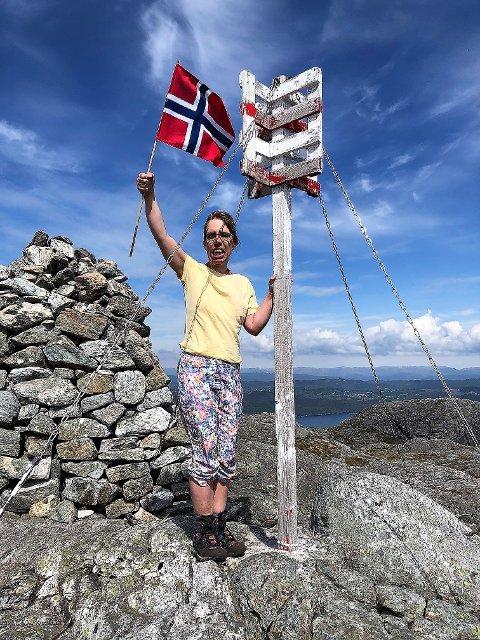 JUBEL: Sunniva jublar med norsk flagg etter å ha slite seg opp på Eldsfjellet og dermed hadde nådd alle dei65stolpane i Alver.34-åringen er fødd med CP og store muskulære utfordringar, og legane trudde ikkje ho nokon gong ville klara å gå.