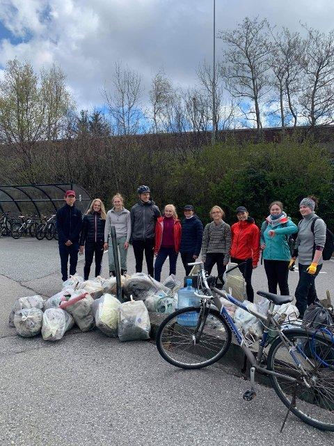 På bildet er studentane som rydda på Flatøy. Dei rydda i Krossnesvika, sør-aust for Nordhordlandsbrua. Dei fylte meir enn 40 sekker med avfall. Ifølge Stokke kunne dei truleg plukka endå meir hadde dei hatt meir tid og utstyr.