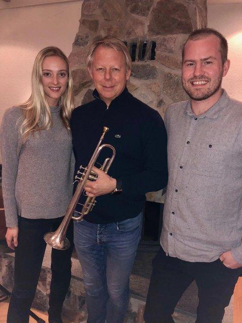 Ole Edvard Antonsen (i midten) og Desemberstemninger kommer til Fauske onsdag 21. november for å spre julestemning. I år har han med seg Stine Hole Ulla og Knut Marius Djupvik. På scenen i Fauske idrettshall akkompagneres de av Sulitjelma musikkorps.