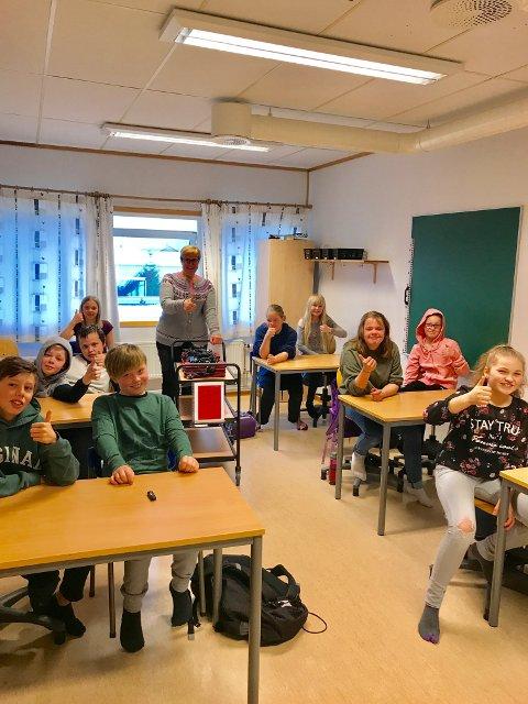 Fredag fikk 6. trinn på Værøy skole utdelt egne pc-er. Det var de strålende fornøyd med. Her sammen med kontaktlærer Anne Margrethe Ofte Arntsen.