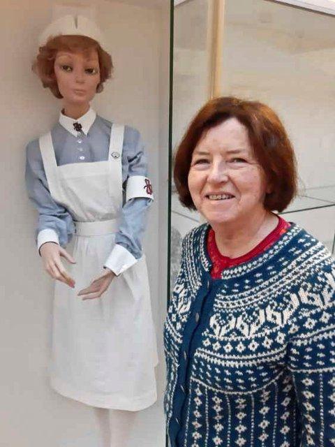 Annie Karlsen håper at noen kan tenke seg å gi eller låne bort sin gamle sykepleieruniform i forbindelse med utdanningas 100 årsjubileum.
