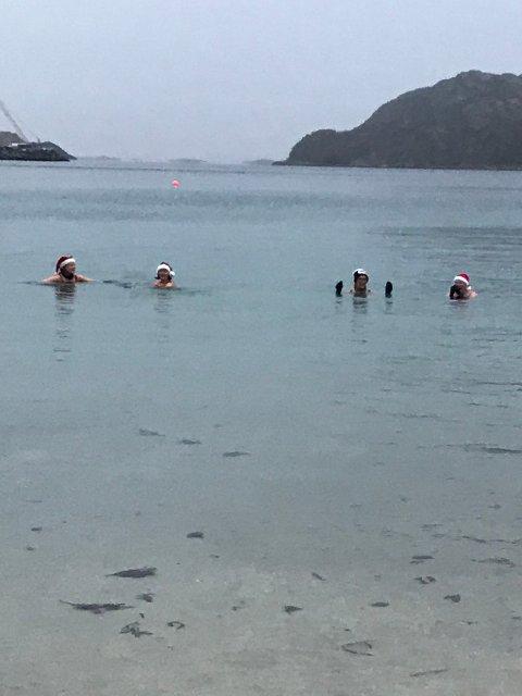 Det var 3,5 grader i sjøen da damene stupte ut i vannet.