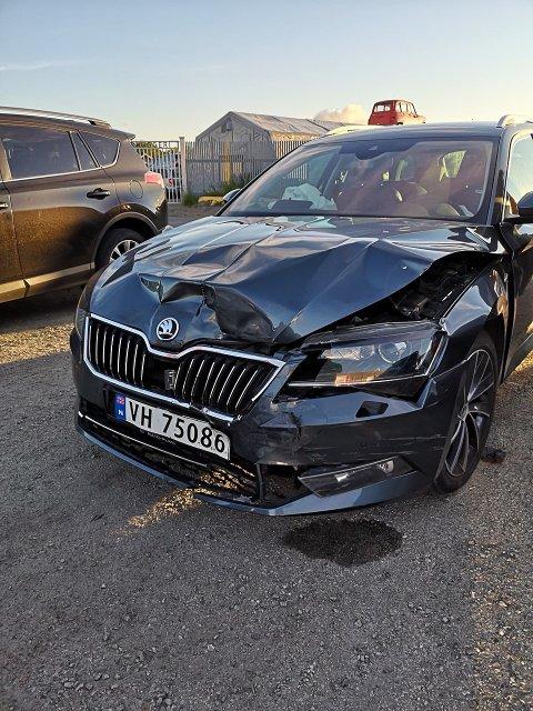 TRØKK: Bilens har fått seg en solid trøkk etter kollisjonen.