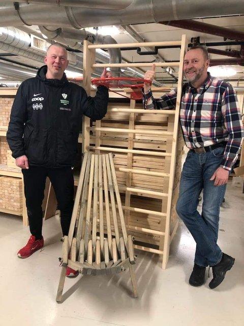 Ørjan Hustoft og Tor Stenseth ved Bodø fengsel viser fram de spesiallagede basketkurvene som skal gis i gave til barneskolene i Bodø. Platene bak selve kurven er i bestilling og var av den grunn ikke med da dette bildet ble tatt.
