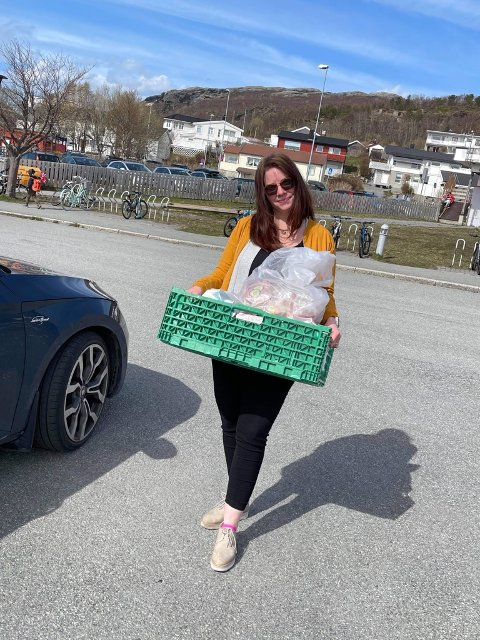 Astrid-Marie Silåmo i Kirkens Bymisjon har hentet mat som elevene ikke vil ha.