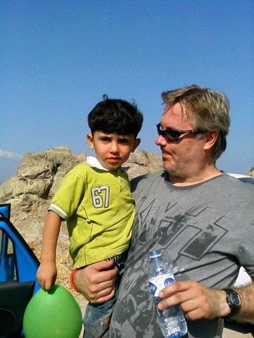 Ole Petter Sæbø med en syrisk gutt.