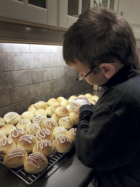 Sander anslår at de bakte 80 boller som de solgte.