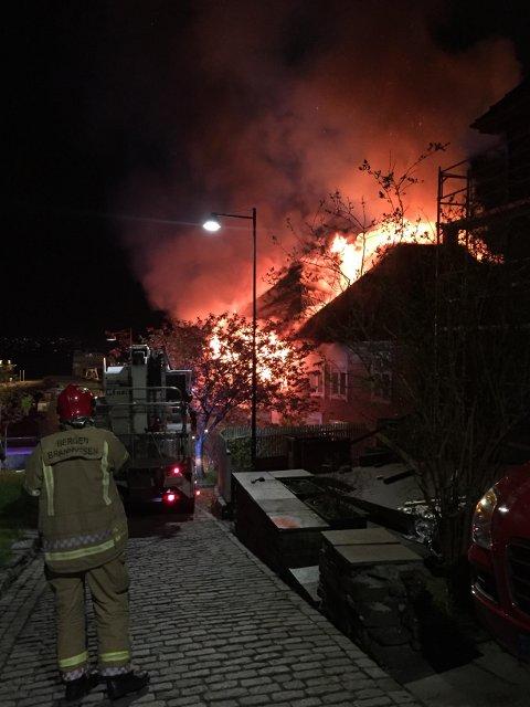Flammene slo gjennom taket og var synlige på lang avstand.