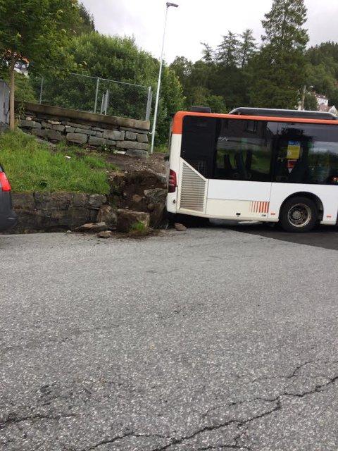 Bremsen gikk av da dørene på bussen gikk igjen.