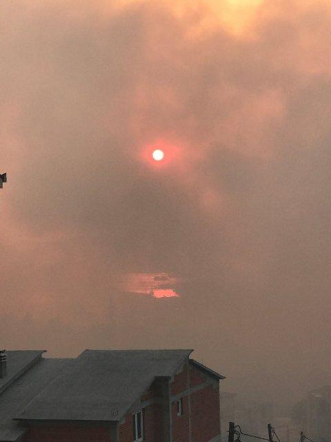 300 brannmenn kjemper mot flammene mandag kveld.