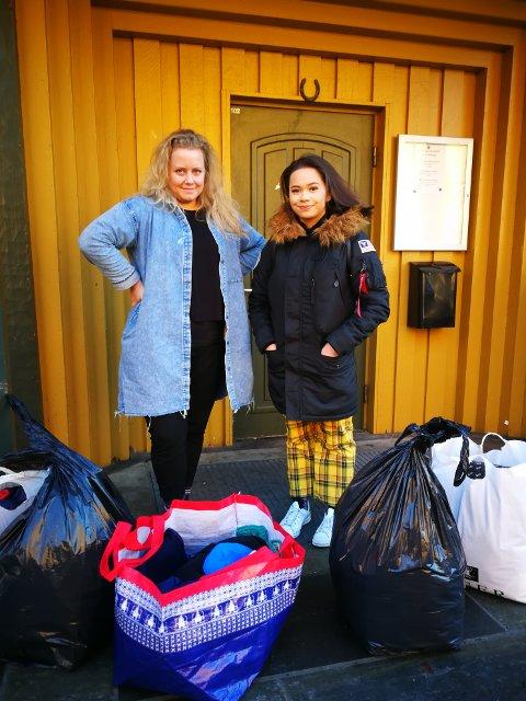 Miljøterapeut Sara Taraldsen tok imot da elev ved St. Pauls gymnas, Monica Førde (17) leverte seks poser med klær til mottaks- og oppfølgingssenteret på Nesttun. Senteret tilbyr et sosialt fellesskap, aktiviteter og helsetjenester til rusavhengige.