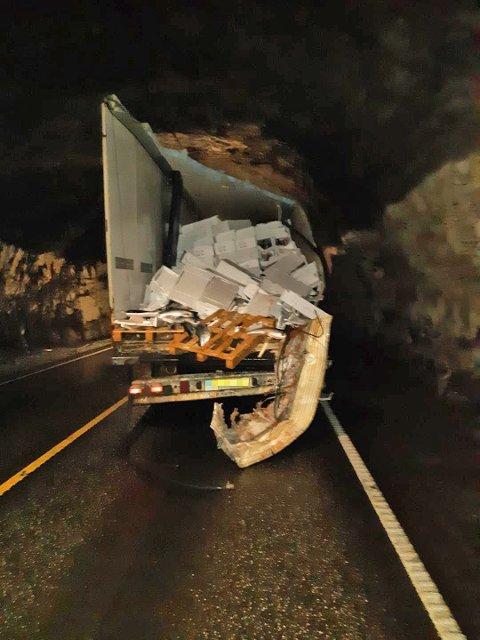 Semitraileren ble påført store skader, noe som førte til at deler av lasten falt ut.