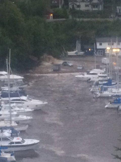 Tre biler holdt på å bli skylt på sjøen i Eidsvåg da vannmengdene kom.