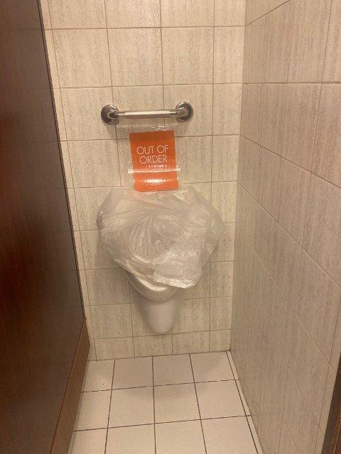 Da kloakksystemet ble overfylt måtte flere av toalettene stenges. Foto: (NCLHELL1 / Twitter)
