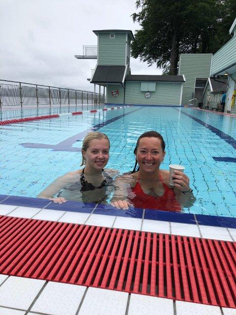 Flere hoppet i vannet lørdag, slik som disse to damene. I bassenget var det varmere enn det har pleid å være.