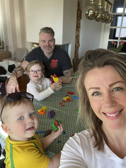 Camilla Waage Helmersberg (39) har siden 13. mars sittet arbeidsledig hjemme med Milla (8), Nicolai (2) og mannen Aleksander (42). De har også sønnen Sander (12). Bildet ble tatt på dag én av koronakrisen.