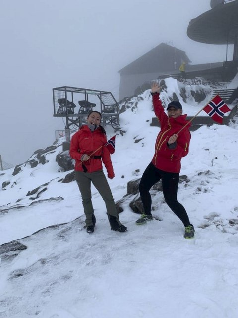 Lørdag ble det meldt om snøstorm på Ulriken, men det skremte ikke Selina Ruland (24) og Henriette Kjærland (28).