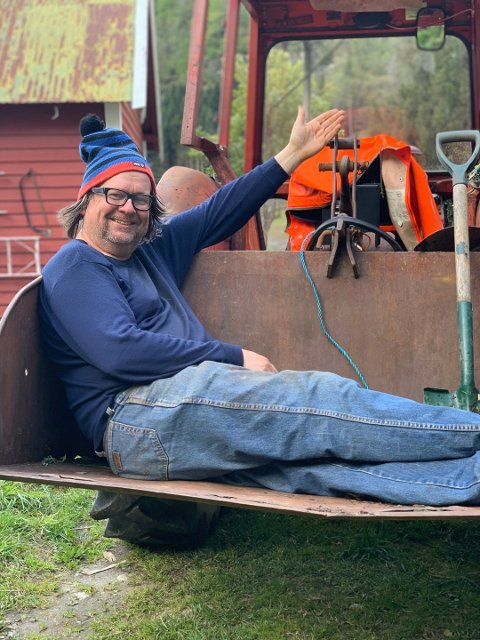 Når Finn Tokvam leker bonde, er traktoren hans beste venn. Foto: Privat