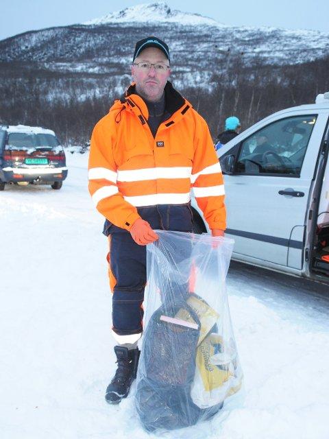 Nikolaisen samlet opp søppelet og ryddet opp, men dette er ikke hans oppgave. (Foto: Trond K. Johansen)