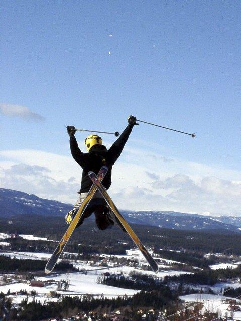 LUFTIGE HOPP: Noen liker å fly i lufta på ski. Andre liker å slappe av.