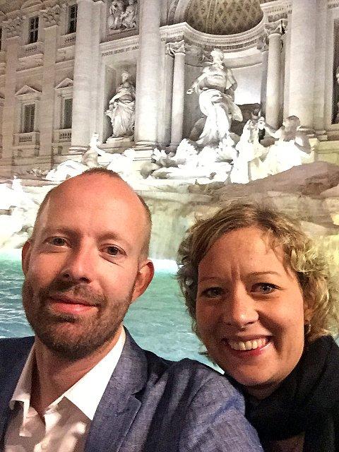 I SIKKERHET: Hilde S. Grønhovd og Arnstein Kroglund Fiskum våknet av skjelvet søndag morgen. Alt står bra til med dem. På bildet er de foran Trevifontenen (Fontana di Trevi) i Roma.