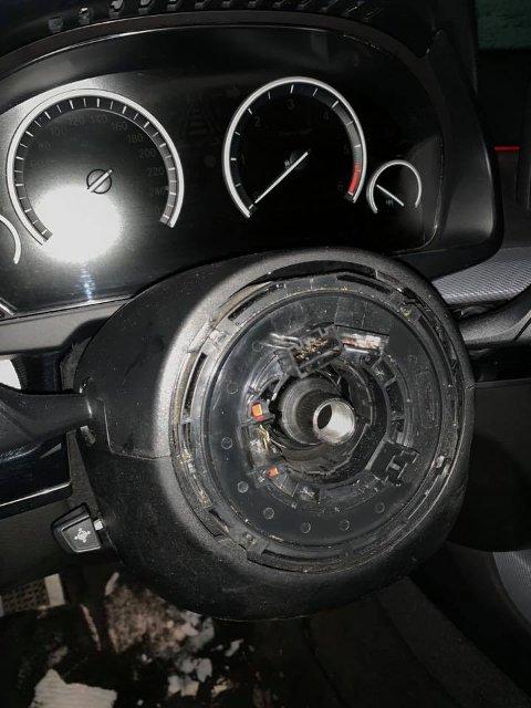 UTEN RATT: Slik fant BMW-eieren på Øst-Modum bilen sin onsdag morgen.